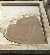 cairan paper clay dikeringkan di cetakan gypsum