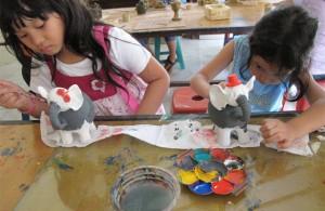 Anak belajar membuat keramik