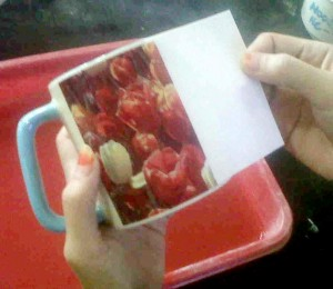 Menempel kertas decal di mug