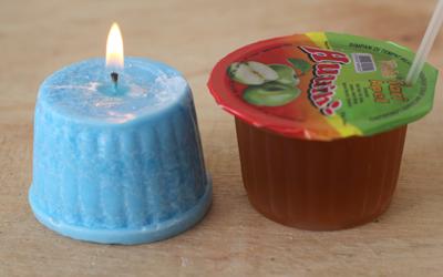 Lilin hias ini juga dicetak dengan bekas wadah plastik minuman