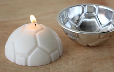 Lilin hias bentuk bola dicetak daricetakkan logam