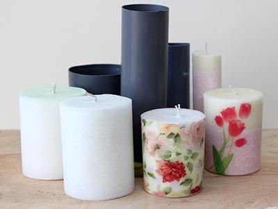 Lilin hias diatas menggunakan cetakan dari paralon atau PVC dan dihias dengan kertas decal. Menggunakan printer laser.